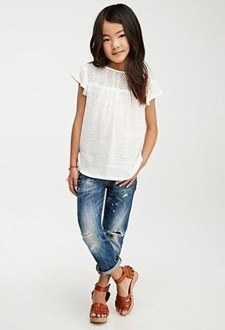 Cómo combinar: camiseta blanca, vaqueros azules, sandalias de cuero marrónes