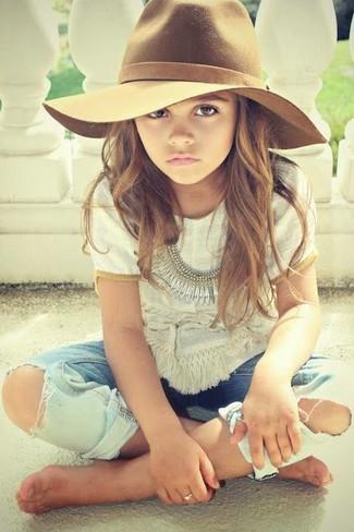 Cómo combinar: camiseta blanca, vaqueros celestes, sombrero marrón