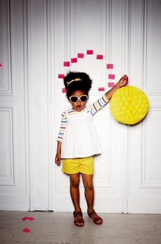 Cómo combinar: camiseta de rayas horizontales en multicolor, camiseta sin manga blanca, pantalones cortos amarillos, sandalias en marrón oscuro