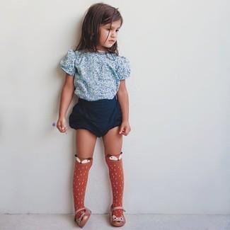 Cómo combinar: camiseta con print de flores celeste, pantalones cortos azul marino, bailarinas naranjas, calcetines naranjas