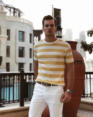Cómo combinar: camiseta con cuello circular de rayas horizontales amarilla, pantalón chino blanco, correa de cuero marrón, reloj plateado