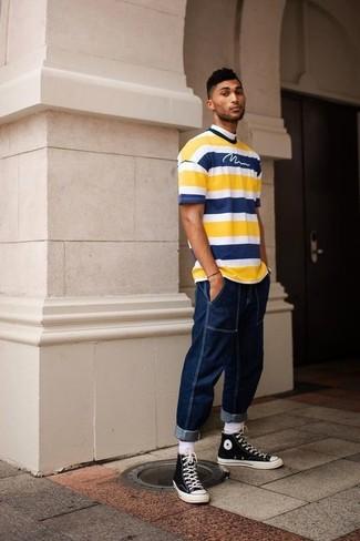 Cómo combinar: camiseta con cuello circular de rayas horizontales amarilla, vaqueros azul marino, zapatillas altas de lona en negro y blanco, calcetines blancos