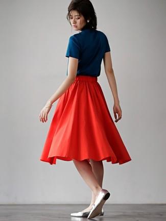 Empareja una camiseta con cuello circular azul marino con una falda midi plisada roja para un look diario sin parecer demasiado arreglada. Este atuendo se complementa perfectamente con bailarinas de cuero grises.