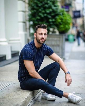 Cómo combinar: camiseta con cuello circular de rayas verticales azul marino, pantalón chino azul marino, tenis de lona blancos, reloj plateado
