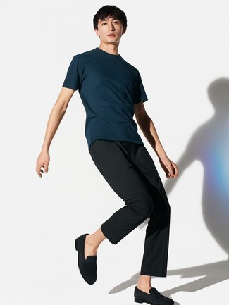 Cómo combinar: camiseta con cuello circular azul marino, pantalón de vestir negro, mocasín de ante negro