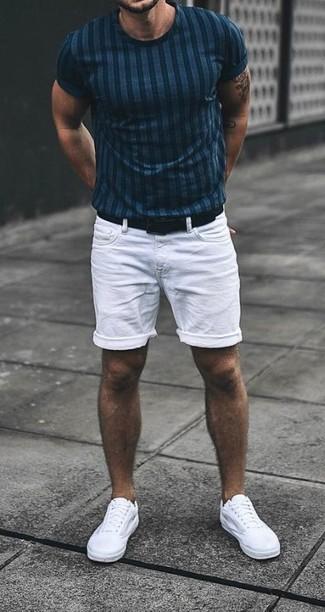 Cómo combinar: camiseta con cuello circular de rayas verticales azul marino, pantalones cortos vaqueros blancos, tenis de lona blancos, correa de cuero negra