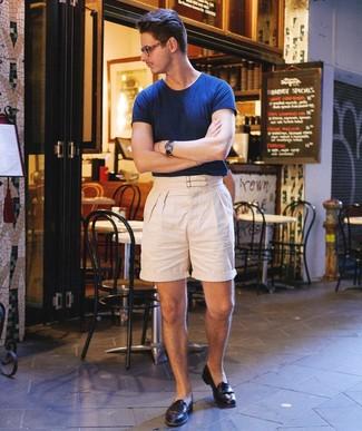 Cómo combinar: camiseta con cuello circular azul marino, pantalones cortos de lino en beige, mocasín de cuero negro, reloj de cuero azul marino