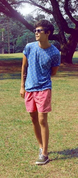 Emparejar una camiseta con cuello circular estampada azul junto a unos pantalones cortos es una opción estupenda para el fin de semana. Complementa tu atuendo con tenis de lona verde oliva.