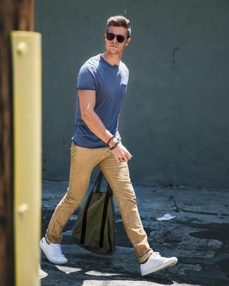 Cómo combinar: camiseta con cuello circular azul, vaqueros marrón claro, tenis blancos, calcetines negros