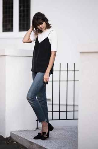 Cómo combinar: camiseta con cuello circular blanca, camiseta sin manga negra, vaqueros azules, zapatos de tacón de ante negros