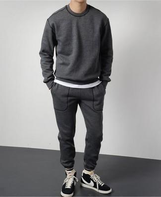 Cómo combinar un chándal: Opta por la comodidad en un chándal y una camiseta con cuello circular blanca. Zapatillas altas de ante en negro y blanco son una opción incomparable para complementar tu atuendo.