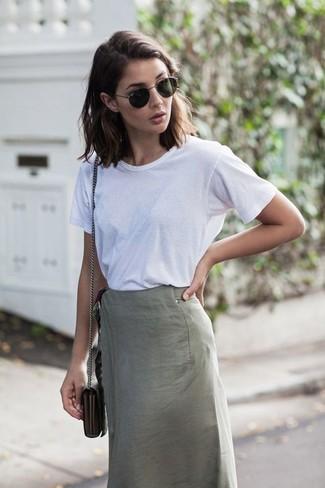 Cómo combinar: camiseta con cuello circular blanca, falda lápiz gris, bolso bandolera de cuero con print de serpiente gris, gafas de sol negras