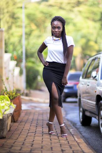 Cómo combinar: camiseta con cuello circular blanca, falda lápiz сon flecos negra, sandalias de tacón de cuero plateadas, collar en multicolor