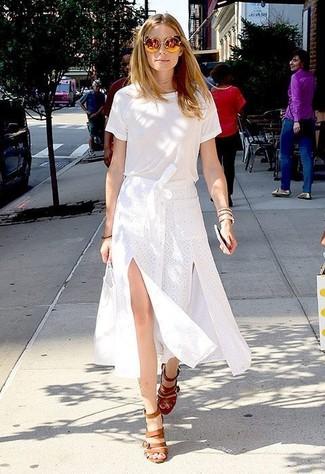 Look de Olivia Palermo: Camiseta con Cuello Circular Blanca, Falda Midi con Recorte Blanca, Sandalias de Tacón de Cuero Marrón Claro, Gafas de Sol Doradas