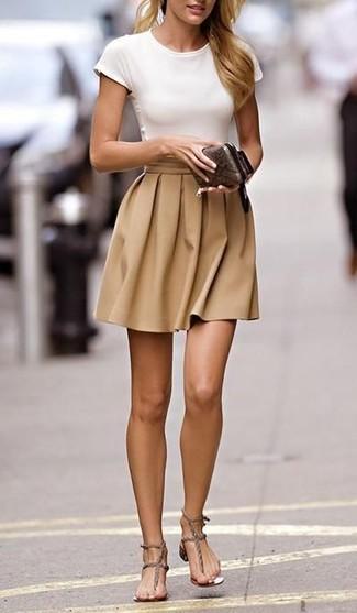 Para un atuendo tan cómodo como tu sillón intenta ponerse una camiseta y una falda skater marrón claro. Un par de sandalias romanas de cuero grises se integra perfectamente con diversos looks.