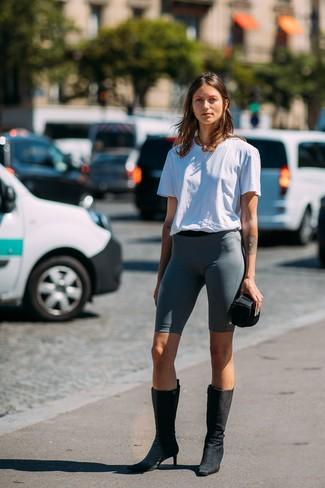 Cómo combinar: camiseta con cuello circular blanca, mallas ciclistas en gris oscuro, botas a media pierna de ante negras, collar dorado