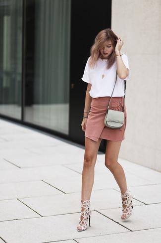 Cómo combinar una minifalda de ante rosada: Si eres el tipo de chica de jeans y camiseta, te va a gustar la combinación de una camiseta con cuello circular blanca y una minifalda de ante rosada. Sandalias de tacón de cuero en beige son una opción excelente para complementar tu atuendo.