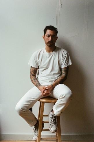 Outfits hombres en clima caliente: Casa una camiseta con cuello circular blanca con un pantalón chino blanco para un almuerzo en domingo con amigos. ¿Quieres elegir un zapato informal? Opta por un par de zapatillas altas de lona grises para el día.