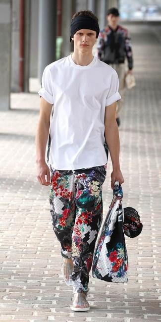 Cómo combinar: camiseta con cuello circular blanca, pantalón chino con print de flores negro, sandalias transparentes