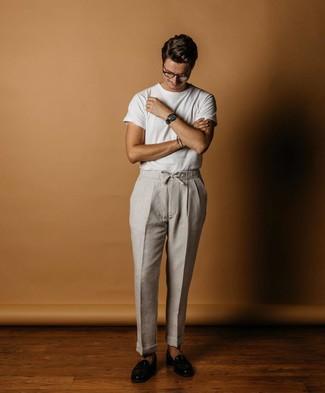 Cómo combinar: camiseta con cuello circular blanca, pantalón chino de lino gris, mocasín de cuero negro