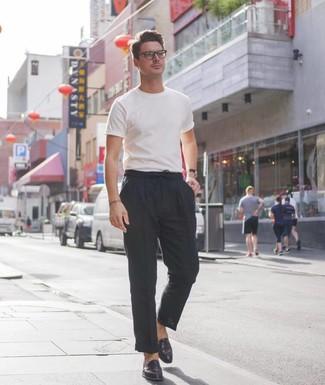 Cómo combinar: camiseta con cuello circular blanca, pantalón chino de lino negro, mocasín de cuero negro