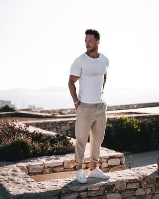 Cómo combinar: camiseta con cuello circular blanca, pantalón chino de lino en beige, tenis de cuero blancos, pulsera plateada