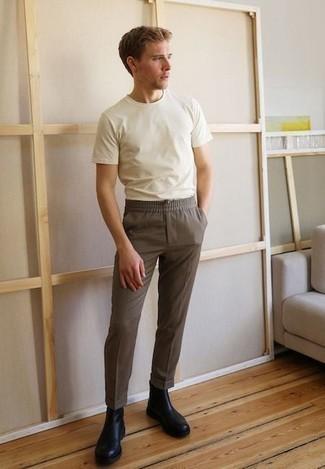 Cómo combinar unas botas: Considera emparejar una camiseta con cuello circular blanca con un pantalón chino marrón para lidiar sin esfuerzo con lo que sea que te traiga el día. Elige un par de botas para mostrar tu inteligencia sartorial.
