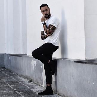 Cómo combinar: camiseta con cuello circular blanca, pantalón chino negro, botines chelsea de ante negros, reloj de cuero negro
