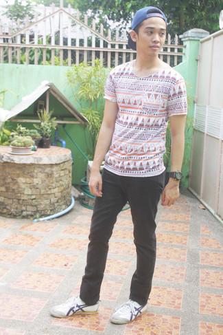 Cómo combinar: camiseta con cuello circular con estampado geométrico blanca, pantalón chino negro, tenis blancos, gorra de béisbol azul