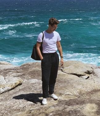 Cómo combinar: camiseta con cuello circular blanca, pantalón chino de lino negro, tenis blancos, bolsa tote de lona azul marino