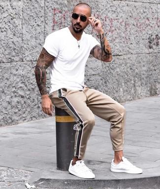 Cómo combinar: camiseta con cuello circular blanca, pantalón de chándal marrón claro, tenis de cuero blancos, gafas de sol negras