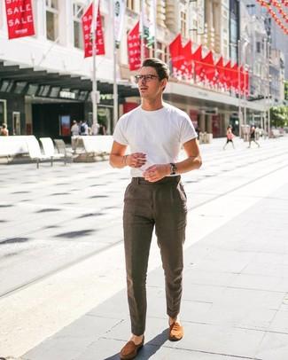 Cómo combinar: camiseta con cuello circular blanca, pantalón de vestir de lino marrón, mocasín de ante en tabaco