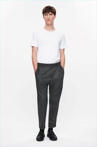 Cómo combinar: camiseta con cuello circular blanca, pantalón de vestir de lana en gris oscuro, zapatillas slip-on de cuero negras, calcetines negros