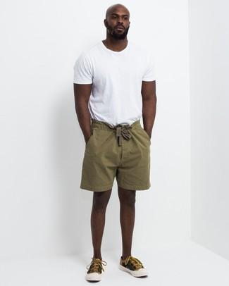 Cómo combinar: camiseta con cuello circular blanca, pantalones cortos verde oliva, tenis de lona mostaza