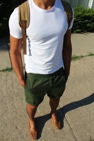 Cómo combinar: camiseta con cuello circular blanca, pantalones cortos verde oscuro, mocasín de cuero marrón, mochila de lona marrón claro