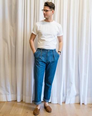 Cómo combinar: camiseta con cuello circular blanca, vaqueros azules, mocasín de ante marrón