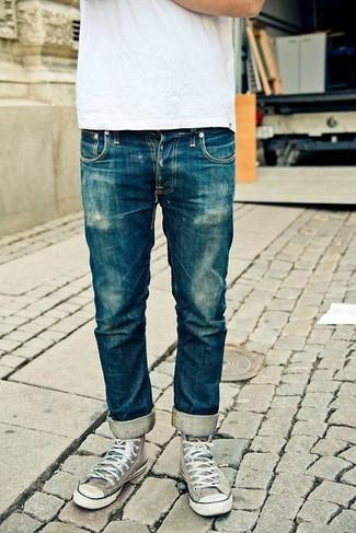Cómo combinar: camiseta con cuello circular blanca, vaqueros azules, zapatillas altas de lona grises