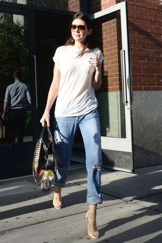 Cómo combinar: camiseta con cuello circular blanca, vaqueros boyfriend desgastados celestes, sandalias de tacón de ante en beige