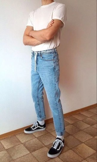 Cómo combinar una camiseta con cuello circular blanca: Para un atuendo que esté lleno de caracter y personalidad elige una camiseta con cuello circular blanca y unos vaqueros celestes. Completa el look con tenis en negro y blanco.