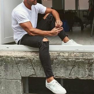 Una camiseta con cuello circular blanca y unos vaqueros pitillo desgastados negros son una opción estupenda para el fin de semana. ¿Te sientes valiente? Elige un par de tenis de cuero blancos.
