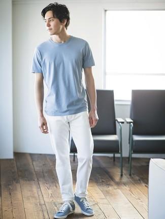 Cómo combinar: camiseta con cuello circular celeste, pantalón chino blanco, tenis celestes