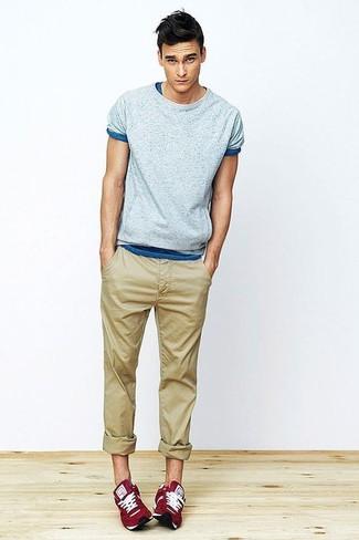 Cómo combinar: camiseta con cuello circular celeste, pantalón chino marrón claro, deportivas rojas