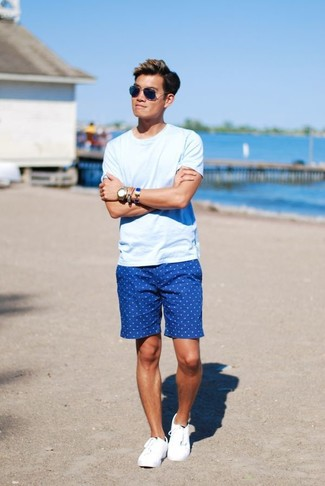 Emparejar una camiseta con cuello circular celeste junto a unos pantalones cortos a lunares azules es una opción inmejorable para el fin de semana. Tenis blancos son una opción práctica para complementar tu atuendo.