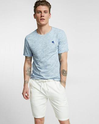 Cómo combinar: camiseta con cuello circular celeste, pantalones cortos blancos