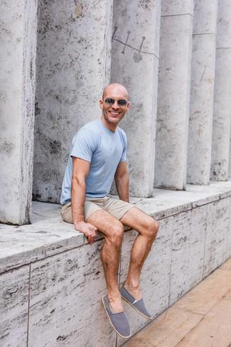 Cómo combinar: camiseta con cuello circular celeste, pantalones cortos en beige, alpargatas de lona en azul marino y blanco, gafas de sol en gris oscuro