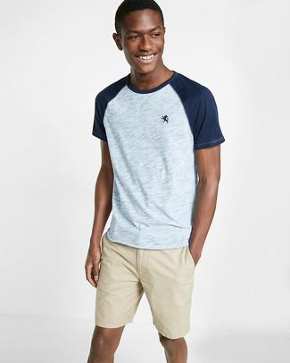 Cómo combinar: camiseta con cuello circular celeste, pantalones cortos en beige