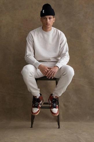 Cómo combinar un chándal: Emparejar un chándal junto a una camiseta con cuello circular blanca es una opción perfecta para el fin de semana. Zapatillas altas de cuero en blanco y rojo son una opción estupenda para complementar tu atuendo.