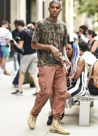 Cómo combinar unas botas casual de cuero marrón claro: Ponte una camiseta con cuello circular de camuflaje verde oliva y un pantalón cargo rosado para un look agradable de fin de semana. ¿Te sientes valiente? Completa tu atuendo con botas casual de cuero marrón claro.