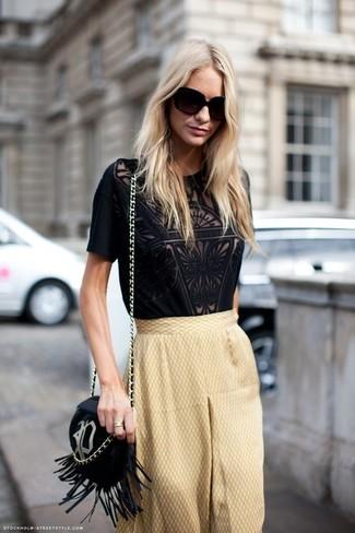 Cómo combinar una camiseta con cuello circular de encaje negra: Intenta ponerse una camiseta con cuello circular de encaje negra y una falda campana marrón claro para cualquier sorpresa que haya en el día.