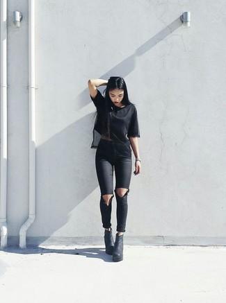 Cómo combinar: camiseta con cuello circular de malla negra, vaqueros pitillo desgastados negros, botines de cuero gruesos negros